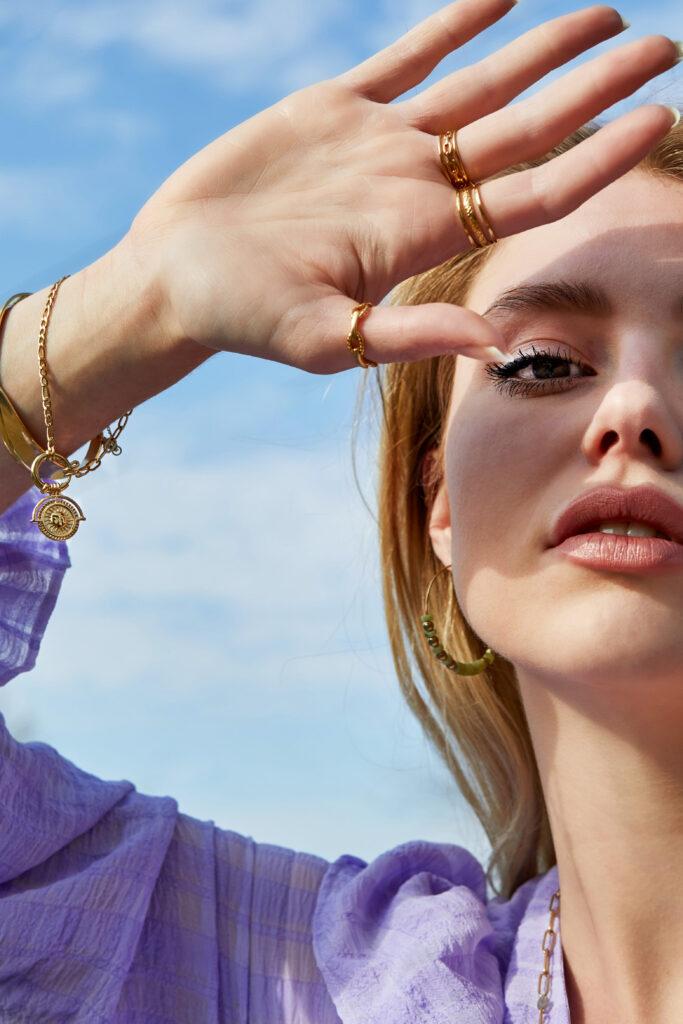 Wat zijn de sieraden en accessoires die onmisbaar zijn voor elke vrouw?